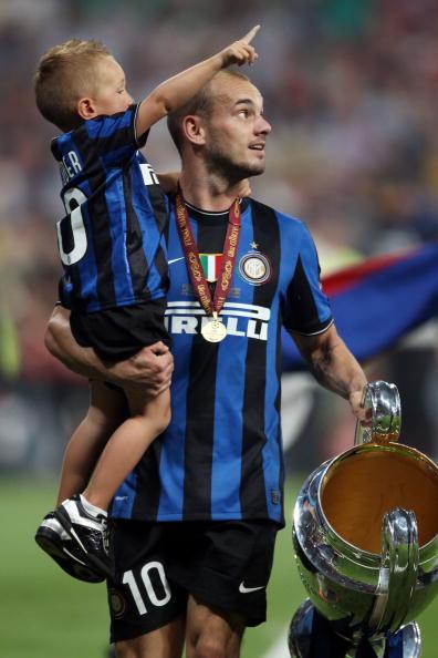 Полузащитник футбольного клуба Everton Леон Осман (33) с детьми