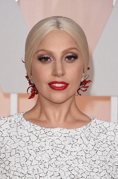 Леди Гага (28) Удивила достаточно спокойным образом без привычного эпатажа. Низкий завернутый хвост, ровный пробор и ярко-красные губы.