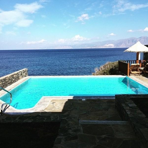 Полина Гагарина наконец взяла заслуженный отпуск и умчала в Грецию.