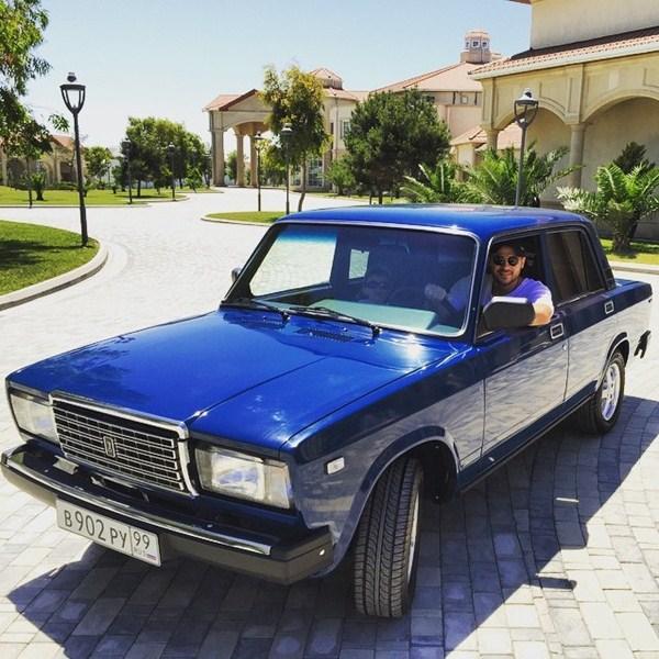 Эмин Агаларов разъезжал на новой машине.