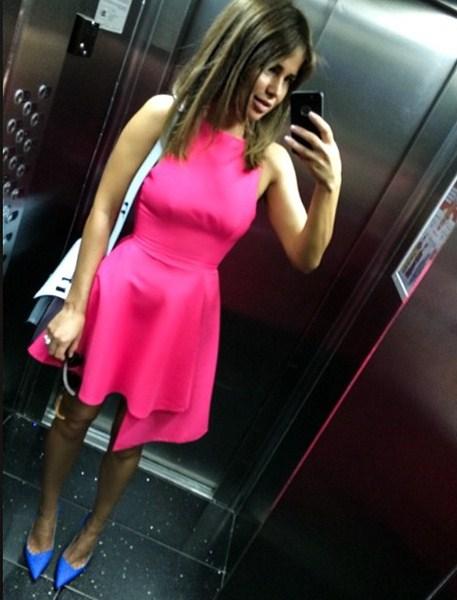 Алекса философствовала в платье из своей новой коллекции.
