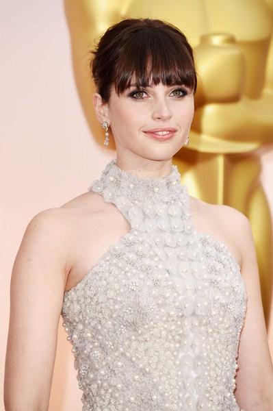 Фелисити Джонс (31) Сверхдлинная челка актрисы закрывает брови и подчеркивает серые знойные тени.