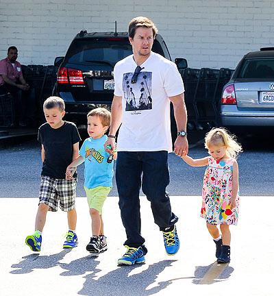 Актер Марк Уолберг (43) с сыновьями Майклом (9), Бренданом (7) и дочерью Грэйс  (5)