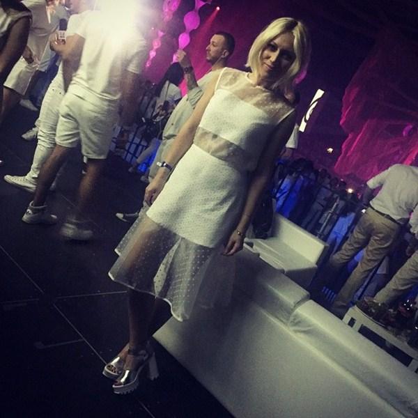 Аврора поспешила нарядиться в белое и оторвалась на вечеринке Sensation.