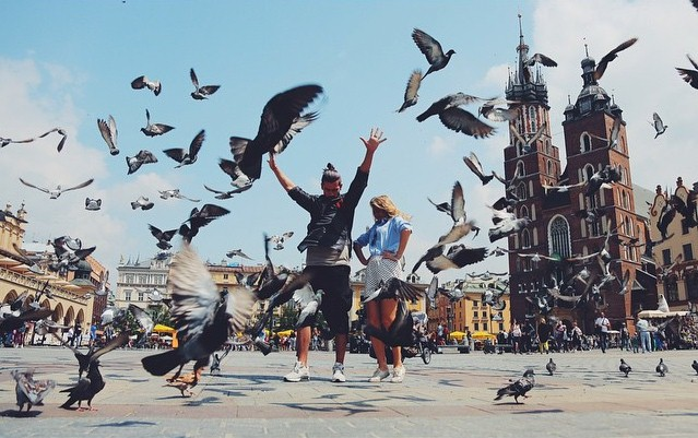 Мария Ивакова разгоняла голубей в Кракове.