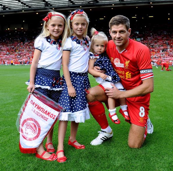 Полузащитник футбольного клуба Liverpool Стивен Джеррард (34), Лили-Элла (11), Лекси (9) и Лурдес (4)
