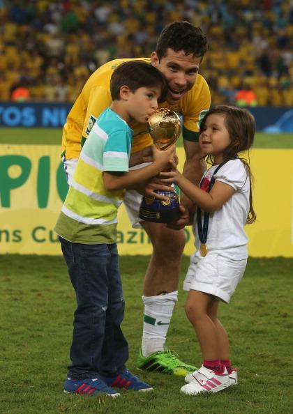 Полузащитник футбольного клуба Inter и сборной Бразилии Эрнанес (29) с детьми