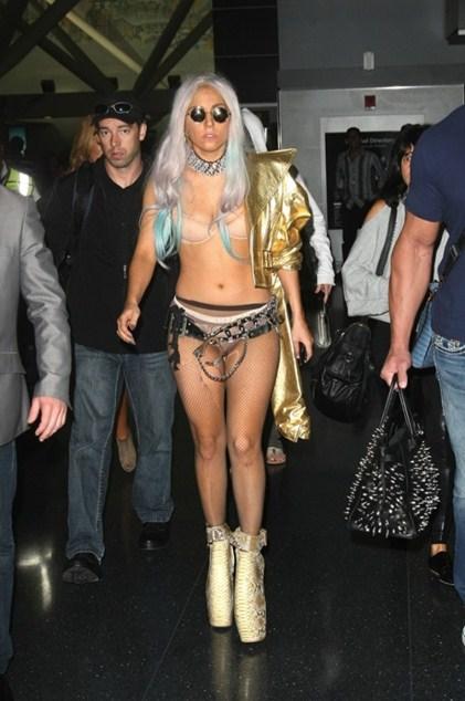 Леди Гага (29)  не может пройти и остаться незамеченной. А все благодаря ее эпатажным образам. Не повторяйте это, такое простительно только «Королеве монстров»