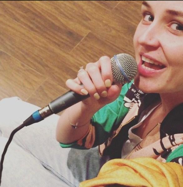 Полина Гагарина репетировала, готовясь к премьере фильма «Одной левой», в котором сыграла главную роль.