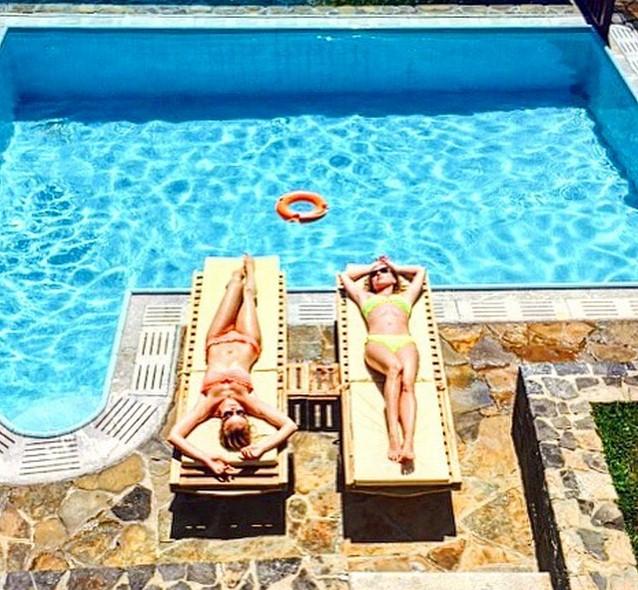 Полина Гагарина отдыхала с лучшей подругой.