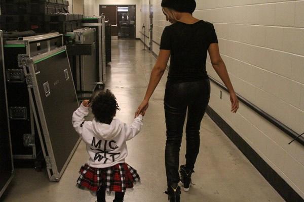Принцесса иногда может позволить себе обычную одежду, тем более что ее папа - рэпер!