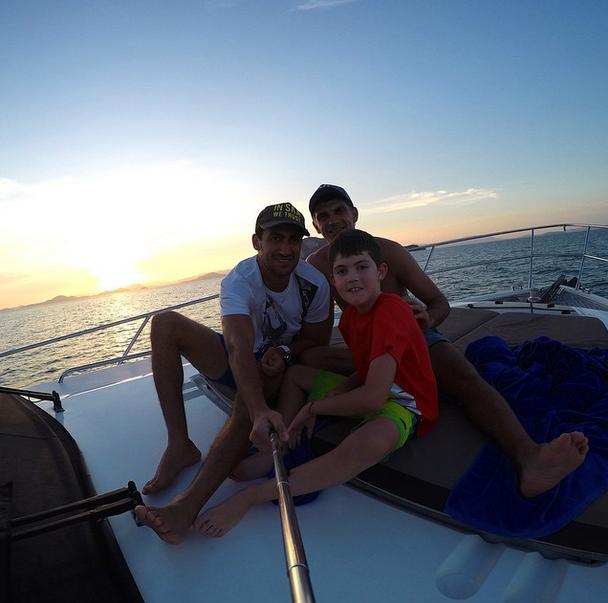 Голкипер «Динамо» Владимир Габулов (31) с братом, полузащитником «Крыльев советов» Георгием (26) и сыном в Таиланде