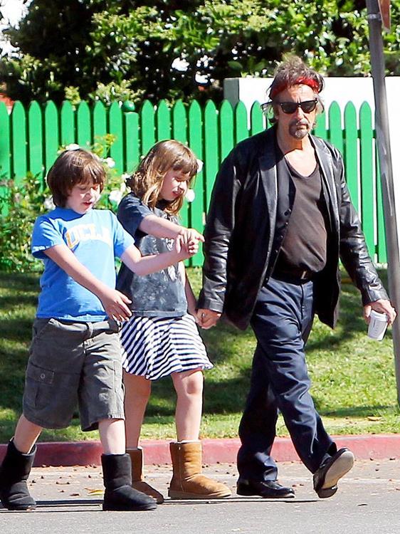 В 2001 году актер Аль Пачино (74) стал отцом двойняшек Антона Джеймса (14) и Оливии Роуз (14). На тот момент актер разменял уже шестой десяток