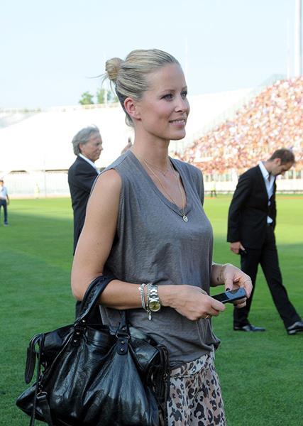 Модель и певица Карина Ванцунг (34), возлюбленная Марио Гомеса (29), нападающего футбольного клуба Fiorentina и сборной Германии.