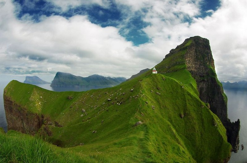 Домик на скале. Исландия.