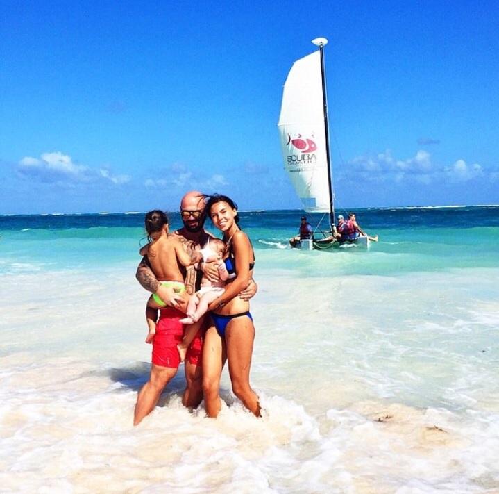 Хип-хоп исполнитель Джиган (29) со своей супругой Оксаной Самойловой и дочками - Ариелой (3) и новорожденной Леей - в Доминикане
