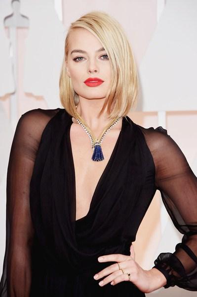 Марго Робби (24) Асимметричная прическа, подчеркнутые брови и ярко-оранжевая помада актрисе явно к лицу.