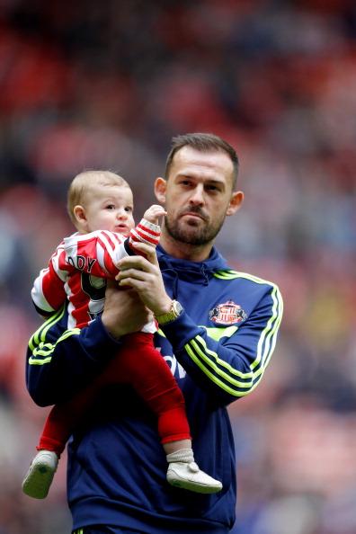 Нападающий футбольного клуба Sunderland и сборной Шотландии Стивен Флетчер (28) с сыном
