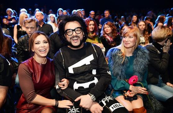 Филипп Киркоров, как истинный модник, не пропустил ни одного показа на Неделе моды в Москве. Непонятно, то ли Ани Лорак подражает улыбке Филиппа, то ли он - ее, но актрису Олесю Судзиловскую явно впечатлила эта синхронность.