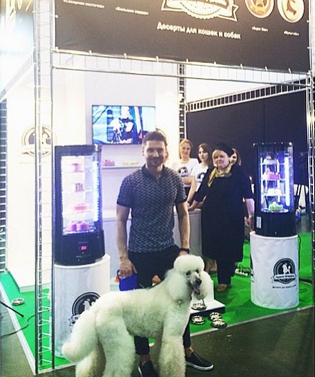 Сергей Лазарев на зоовыставке посетил свой стенд «Пуделя-Штруделя». А также провел лотерею среди тех, кто жертвовал деньги на собачьи приюты.
