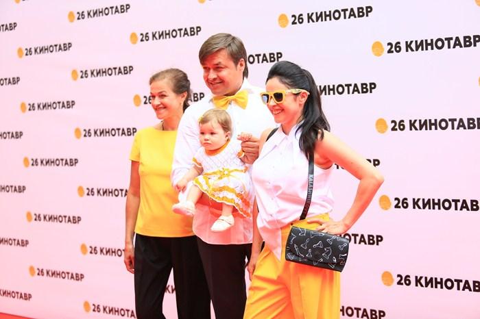 Любовь Тихомирова в супругом и детьми