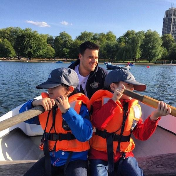 Эмин Агаларов провел выходные с сыновьями, прогуливаясь по Лондону.