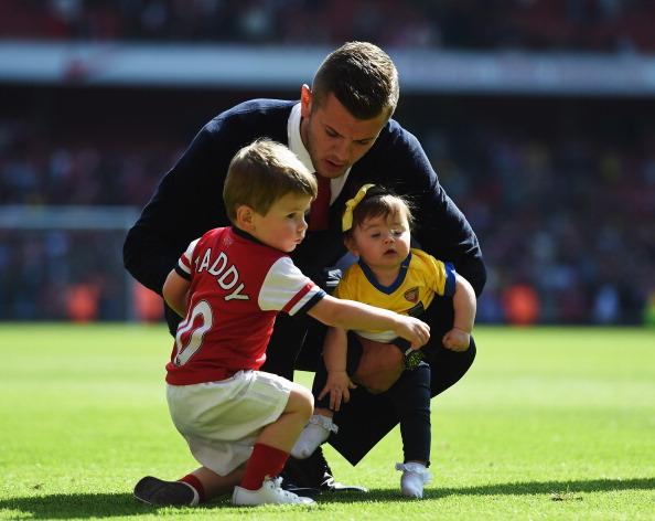 Полузащитник футбольного клуба Arsenal и сборной Англии Джек Уилшир (23), Арчи Джек (4) и Делайла Грейс (2)