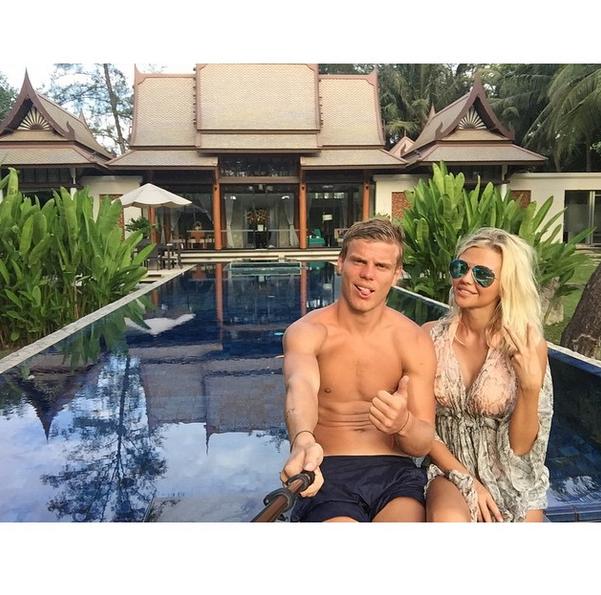 Нападающий «Динамо» Александр Кокорин (23)  со своей возлюбленной Дарьей Валитовой (24) в Таиланде
