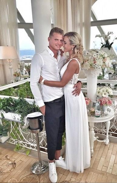 Ольга Бузова с мужем Дмитрием Тарасовым отмечали годовщину свадьбы.