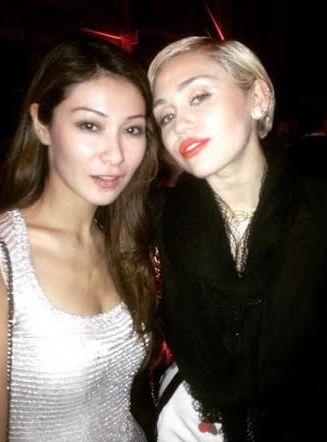 Телеведущая Марина Ким (35) и актриса Майли Сайрус (22)