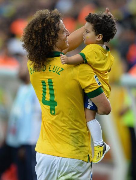 Защитник футбольного клуба Paris Saint-Germain Давид Луис (28) и сборной Бразилии с сыном