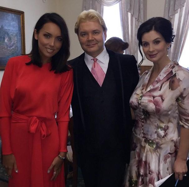 Алсу была на балу победителей, в музее Великой Отечественной войны.  С организатором мероприятия Андресом Лиепой и ведущей Екатериной Стриженовой.