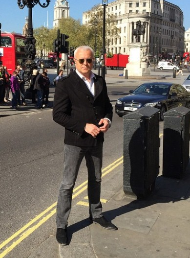 Александр Лебедев прогуливался по солнечному Лондону.