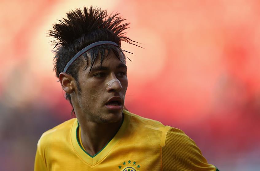 Неймар (22), нападающий испанского футбольного клуба Barcelona. Бразильский футболист шокирует не только техничной игрой, но и прической. Знаменитый ирокез вдохновил многих фанатов.