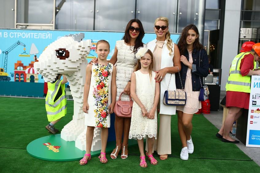 Ирина Чайковская с дочерьми и Екатерина Одинцова с дочкой Диной