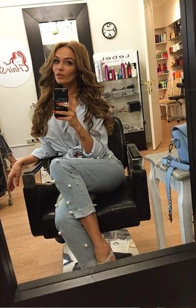 Алёна Водонаева добавляла объема своим волосам.