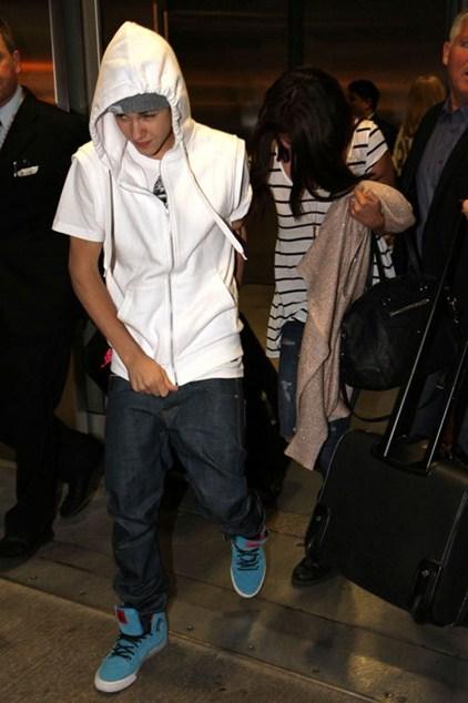 Джастин Бибер (21) предпочитает спортивный стиль в одежде для поездок в самолете.