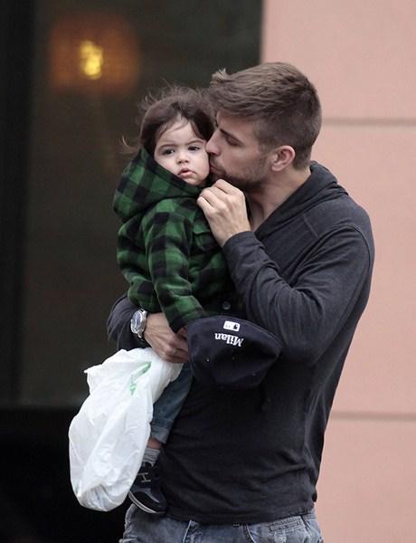 Футболист испанского клуба Barcelona Жерар Пике (32) с сыном Миланом (2)
