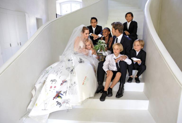 Актриса Анджелина Джоли (39), Мэддокс (13), Захара (10), Шайло (9), Нокс Леон (6) и Вивьен Маршелин (6)