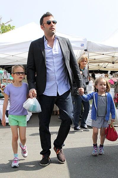 Актер Бен Аффлек (42) с дочками Вайолет (10) и Роуз (6)