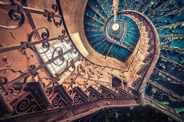 Синяя винтовая лестница в одном из европейских замков.