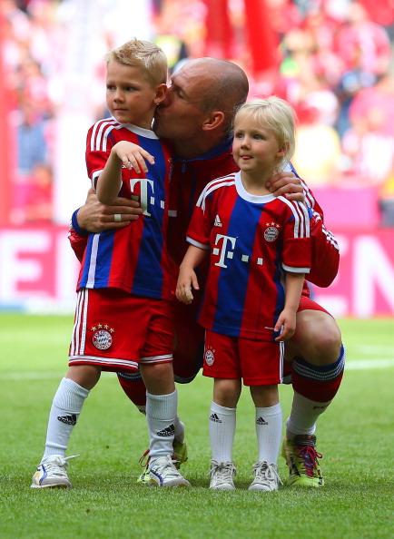 Полузащитник футбольного клуба  Bayern Munchen и сборной Нидерландов Арьен Роббен (31) , Линн (5) и Лука (7)