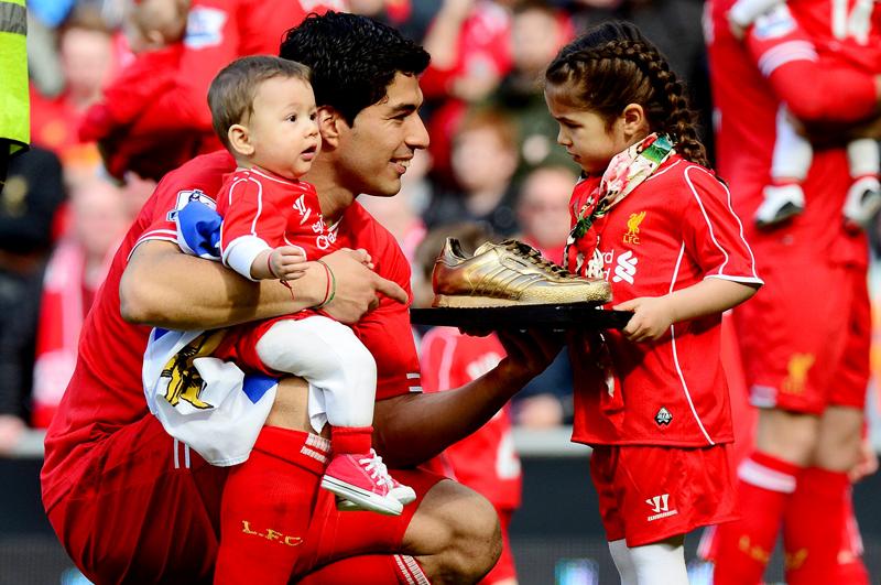 Нападающий футбольного клуба Barcelona и сборной Уругвая Луис Суарес (28) с детьми