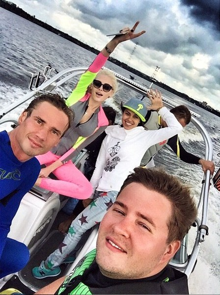 Алена Шишкова с друзьями каталась на лодке и устроила гонки на гидроциклах.