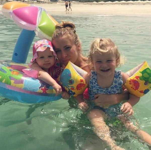 Тата Бондарчук плескалась в море со своими дочками в Дубае.