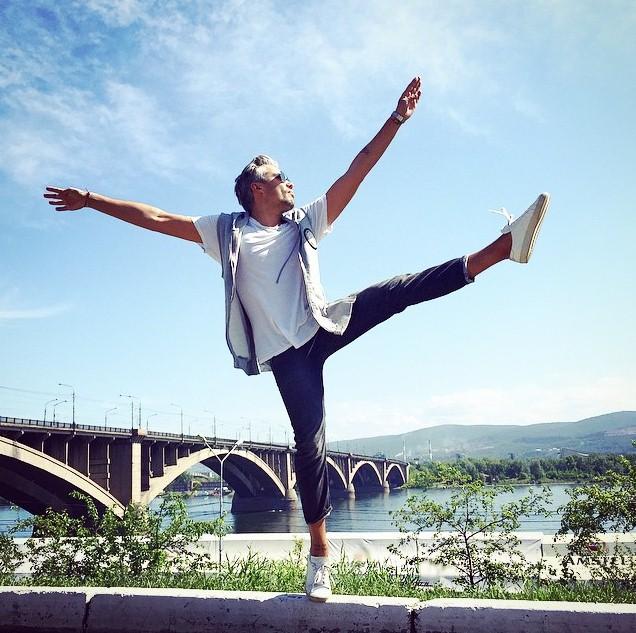 Александр Рогов демонстрировал свою растяжку на фоне Красноярского моста.