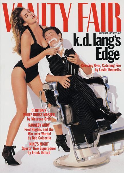 Синди Кроуфорд (48) и Кэтрин Дон Ланг (53), журнал Vanity Fair, август 1993. На снимке, украсившем журнал, модель Синди Кроуфорд бреет певицу Кэтрин Дон Ланг, одетую как мужчина. На тот момент исполнительница сообщила о своей нетрадиционной сексуальной ориентации, чем вызвала волну споров. Напомним: до 1994 года это считалось психическим заболеванием, поэтому подобный шаг был очень смелым.