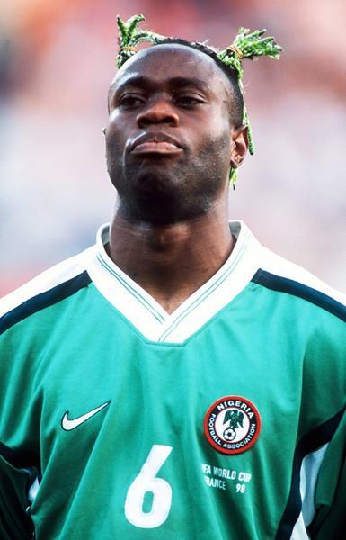 Тарибо Уэст (40), нигерийский футболист. Зеленые косички-хвостики – фишка спортсмена. Кто знает, может, это его любимая прическа из детства. Годы шли, а вкусы не менялись.