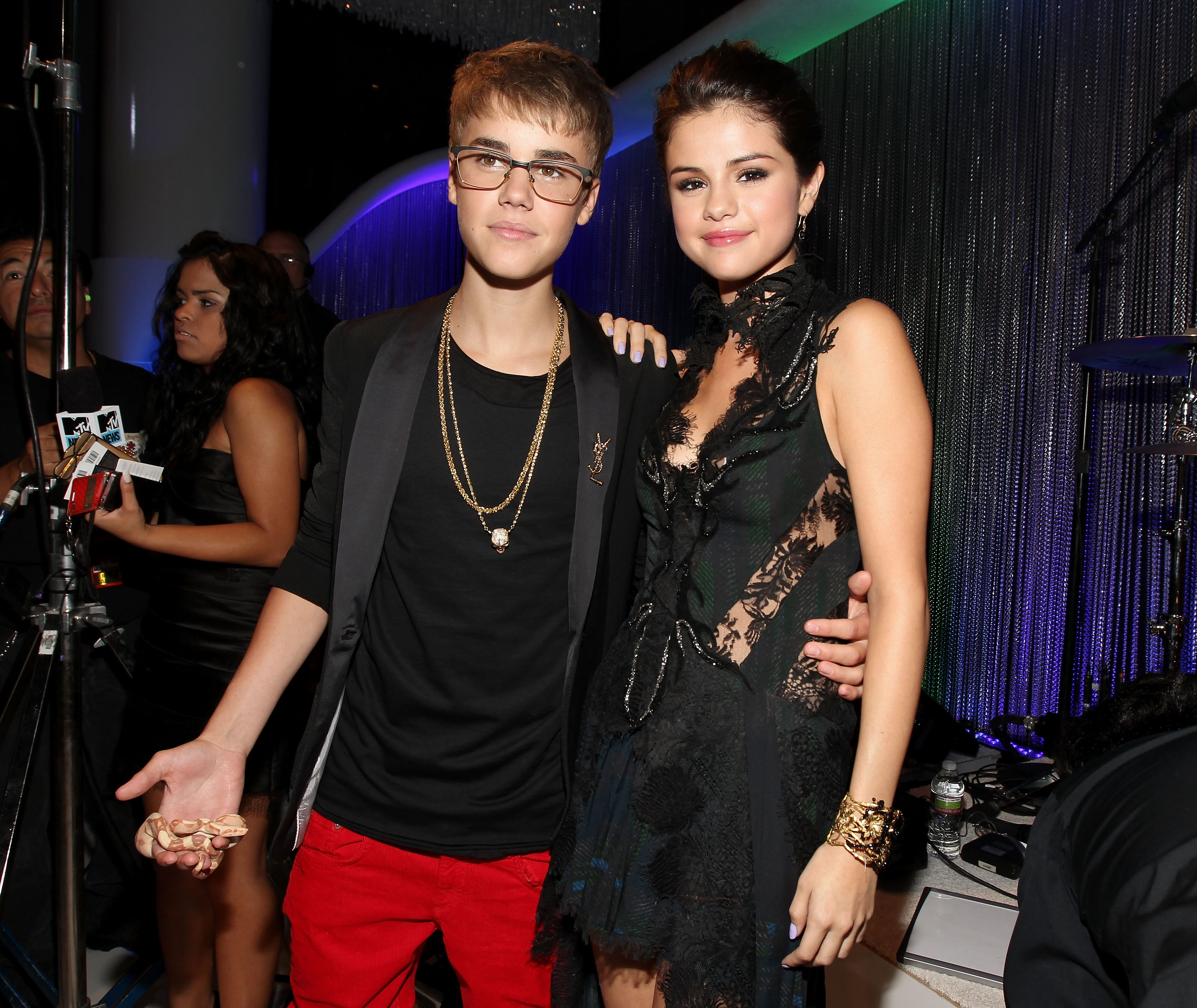 LOS ANGELES, CA - AUGUST 28:  Singer Justin Bieber (L) and actress/singer Selena Gomez arrive at the 2011 MTV Video Music Awards at Nokia Theatre L.A. LIVE on August 28, 2011 in Los Angeles, California.  (Photo by Christopher Polk/Getty Images)