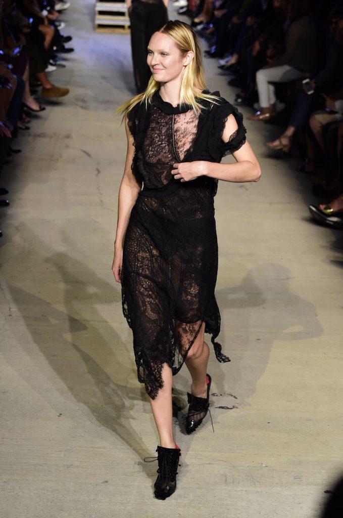 Кэндис Свейнпол на показе Givenchy